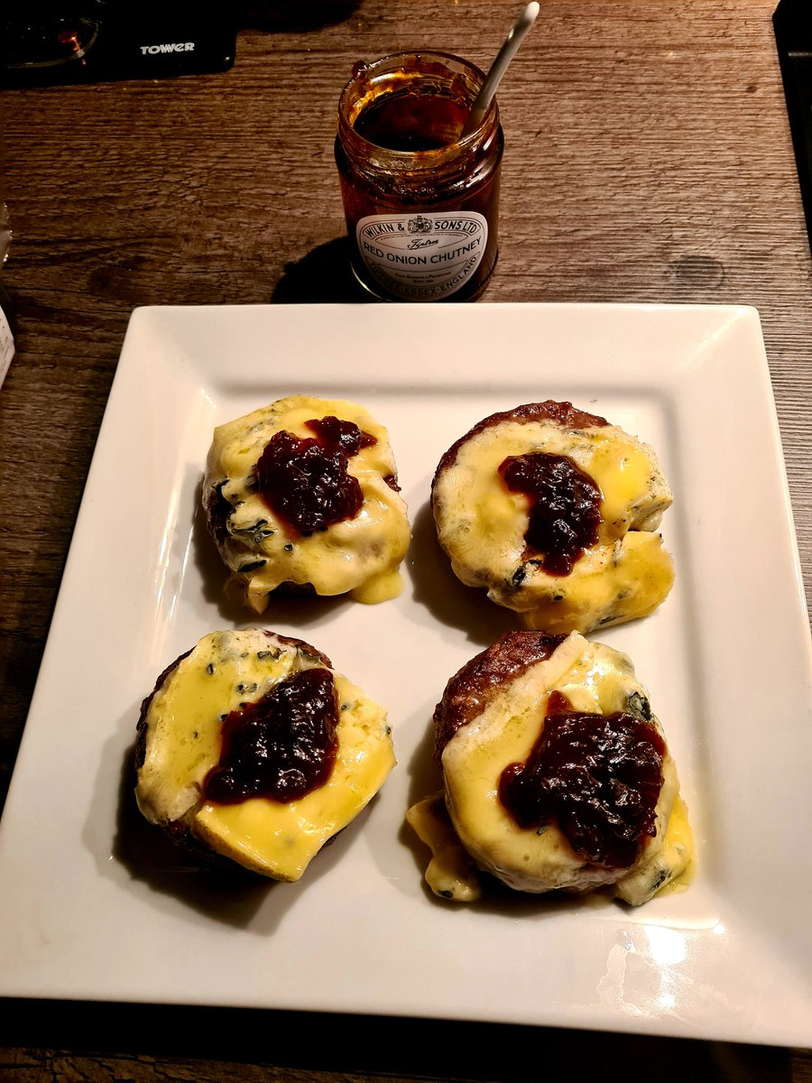 4 x Danish blue cheese on venison burgers with more red onion chutney 🧀❤️ DAYS LIKE THIS IS WHY IM IN THE GYM AT 6AM 😂💪🧀