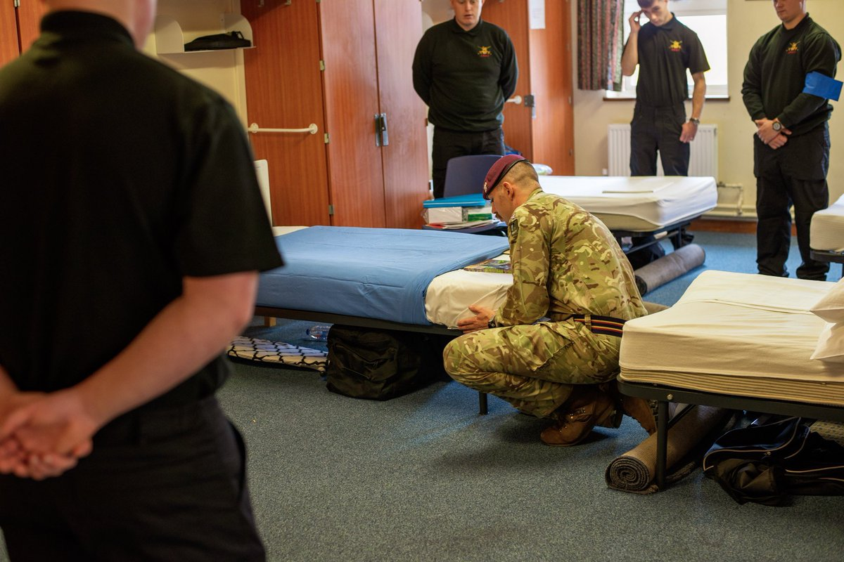 New intake today- 108 people begin a very exciting new phase in their lives. Welcome to the Army - 1st up, @Barker_788 showing them how to make their beds. https://t.co/11drWdFaYA