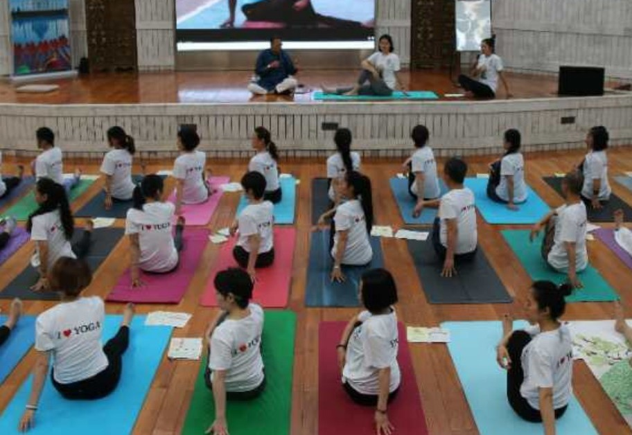 Officials from SCO member States attend Yoga event in Beijing Photo
