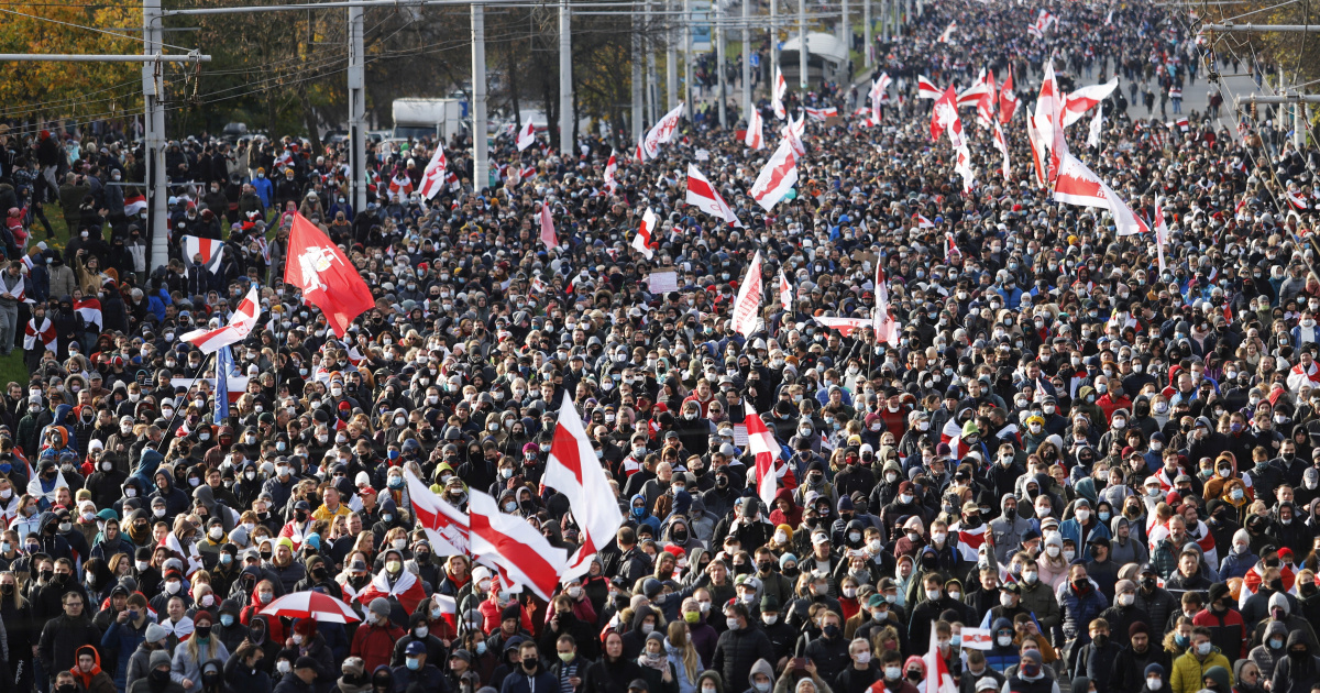 Tens of thousands march in Belarus despite police threat to open fire Photo