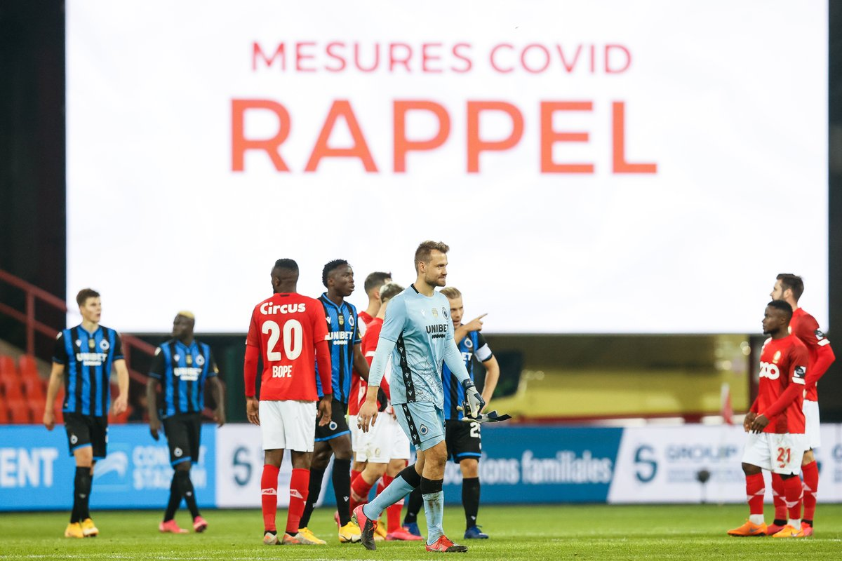 Club's goalkeeper Simon Mignolet and colleagues pass in front of a large screen that reads 'Mesures Covid Rappel' after a soccer match between Standard de Liege and Club Brugge. . . . 📸 @BrunoFahy  . . . #Belgaimage #covid #soccer #standarddeliege #clubbrugge https://t.co/rMEwghvqVe