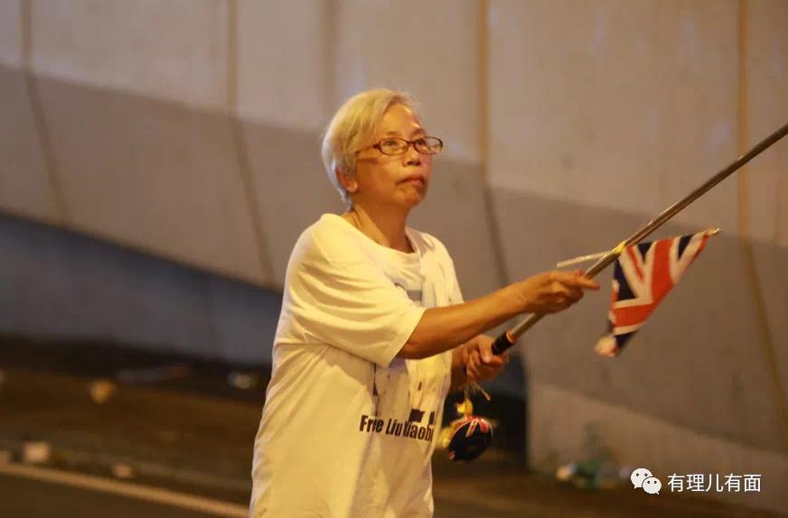 """在香港,也有个挺知名的""""王婆"""",她可算是个""""狠人""""。因为她从不卖瓜,只卖港卖国! 这位""""王婆""""名为王凤瑶,被乱港分子及众多黄媒亲切地称为""""王婆婆""""。别看王婆已年过6旬,却时常出现在各种暴乱现场,绝对称得上""""乱港劳模""""! https://t.co/ynoJRwV91m"""