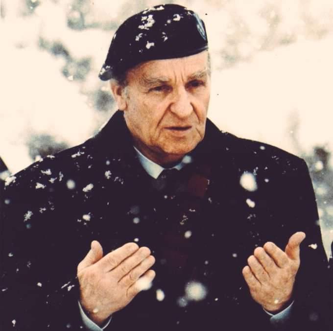 #TarihteBugün 19 Ekim 2003  Bosna Hersek'in İlk Cumhurbaşkanı #Aliyaİzzetbegoviç'in vefatının yıldönümü.  #tarih #BosnaHersek  Mekânı Cennet Olsun https://t.co/93NNPp1lbf