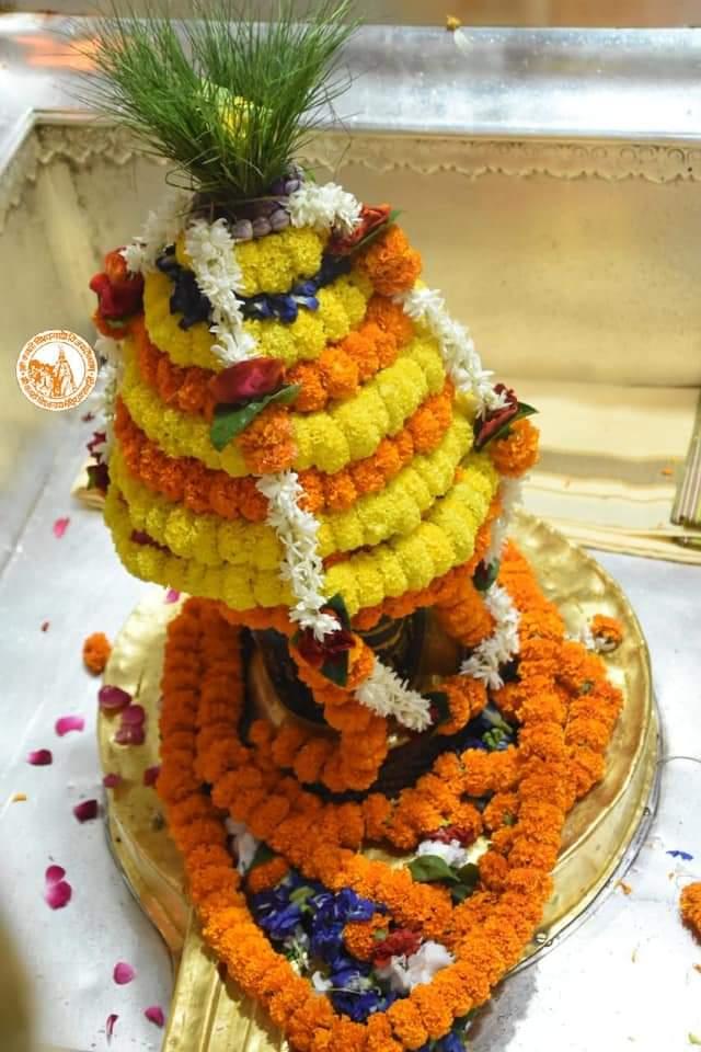 आज दिनांक 19-10-2020 सोमवार के श्री काशी विश्वनाथ ज्योर्तिलिंग जी के प्रातः मंगला श्रृंगार आरती एवं दूग्ध अभिषेक के पावन व दिव्य दर्शन #ShriKashiVishwanath #Shiv  #Mahadev #Baba #Nyas #ManglaAarti #darshan #blessings #Varanasi  #Kashi #Jyotirlinga  #हर_हर_महादेव  📿🙏🙌 https://t.co/5lZ9aEmO2f