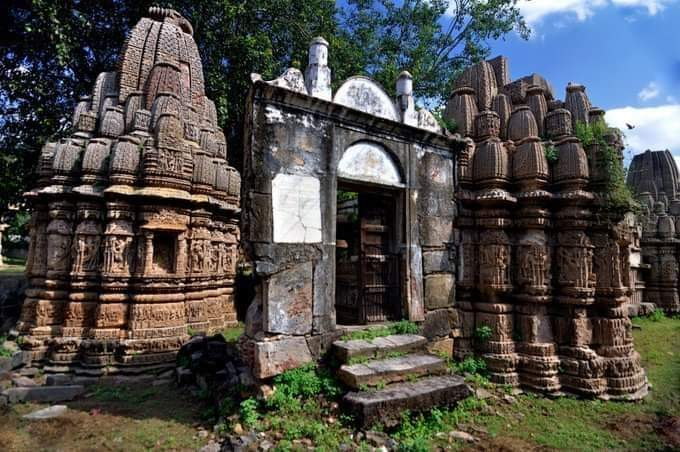 दो मन्दिरों के बीच जबरन घुसी हुई गंगा जमुनी तहजीब।🙄 @praveen09512 @DidiRitambhara   #Ayodhya #mathura #kashi https://t.co/KuBNTyn7CK