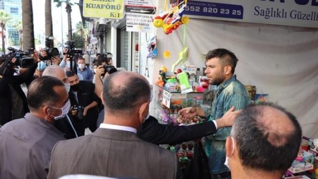 Valinin maske sorusuna 'gebermek istiyorum' diyen esnaf: 'Cebimde meteliğim yok'  Vali Ali Fuat Atik'in ceza talimatı verdiği dönerci ile maskesiz çalıştığı için ikaz ettiği oyuncakçı Sözcü gazetesine konuştu.  Denizli Valisi Ali Fuat Atik'in Gazi Bulvarı üzerinde yaptığı de… https://t.co/8FNW47xzZ5