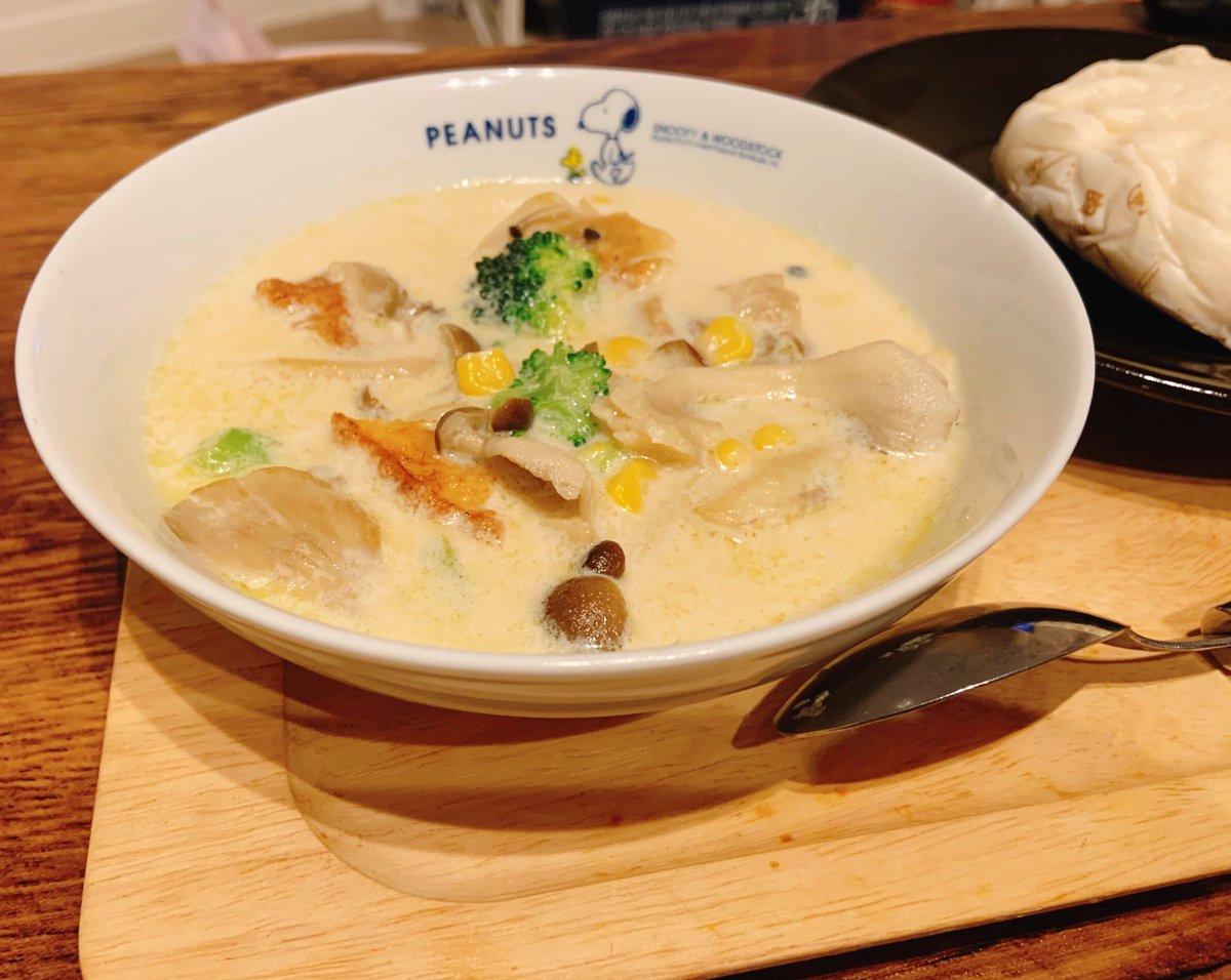 今日は寒いです☔️🥶ミルク味噌スープでほっこりします❤︎まろやかで美味しいよぉ〜😌おすすめ!#Twitter家庭料理部 #夜ごはん #スープ 参考にしたレシピ↓