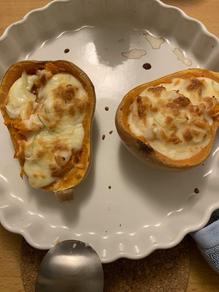 昨日の夕飯で出したバターナッツかぼちゃのグラタン。皆さん玉ねぎスライスだけ器用にのけて食べてましたわ😅 かぼちゃもレンチン、レンチンで作れるホワイトソースの作り方も載ってたよ。いつもながら、フライパンで焼いた肉は不評極まりない。笑