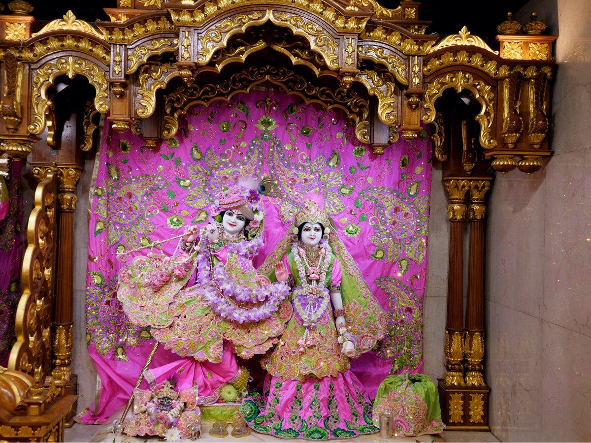 Today's Deity darshan inBalarama2018outfit #krishna #radharani #radhakrishna #girigovardhan #gauranitai #jagannath #baladev #subhadrppa #srilaprabhupada #deities https://t.co/tBGWkyL9mc