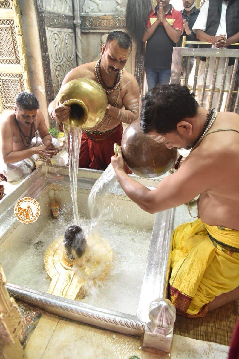 आज दिनाँक 19-10-2020 को श्री काशी विश्वनाथ मंदिर के दोपहर भोग आरती के दर्शन।  #ShriKashiVishwanath #Shiv #Mahadev #Baba #Temple #Nyas #darshan #blessings  #BhogAarti #Varanasi #Kashi #Jyotirlinga https://t.co/eSedvHoC0V
