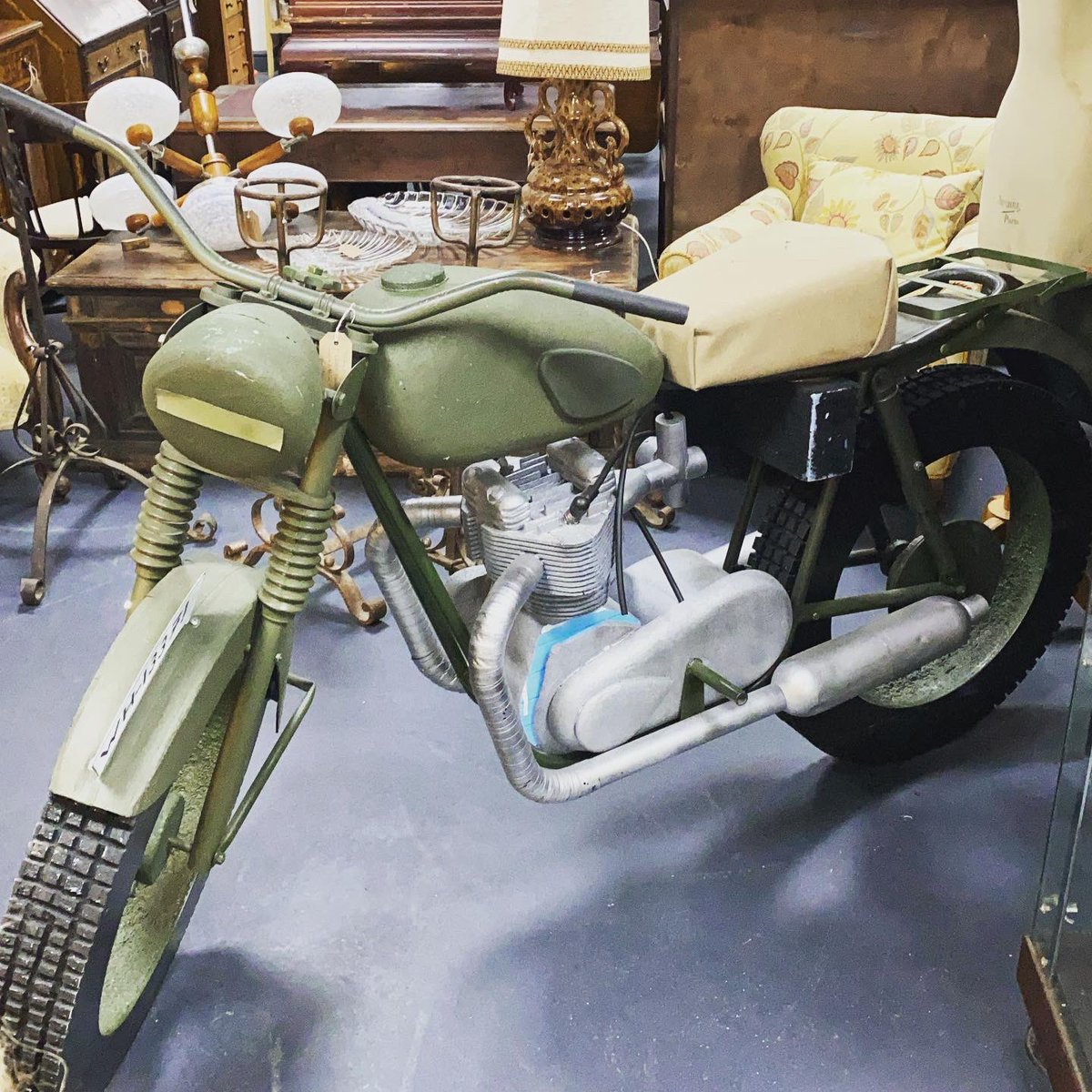 This needs a second glance to spot it's just a stage prop. #thegreatescape #motorbike #stageprop #motorcycle #astraantiquescentre #stevemqueen #richardattenborough #jamesgarner #hemswell #lincolnshire #film https://t.co/pvDyAW1m1T