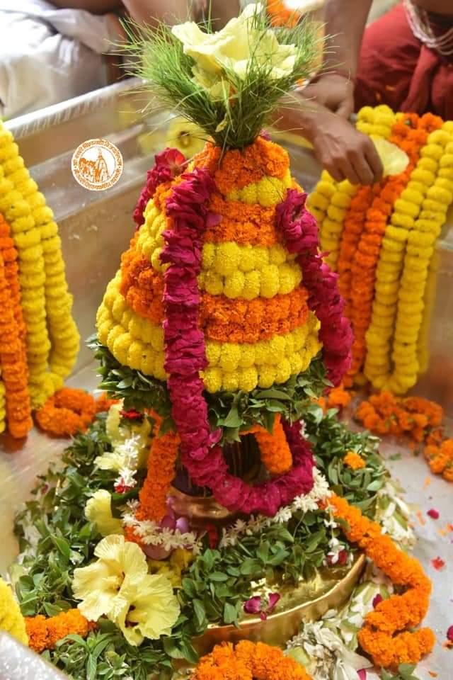आज दिनांक 19-10-2020 सोमवार के श्री काशी विश्वनाथ ज्योर्तिलिंग जी के मध्यान्ह भोग आरती श्रृंगार एवं जल दूग्ध अभिषेक के पावन व दिव्य दर्शन #ShriKashiVishwanath #Shiv #Mahadev #Baba #Temple #Nyas #darshan #blessings  #BhogAarti #Varanasi #Kashi #Jyotirlinga #हर_हर_महादेव📿🙏🙌 https://t.co/wSauAqdt7J