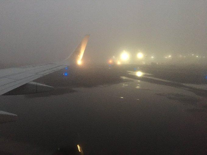 🛬 ✈️  El #AICM reanuda operaciones luego de que fueron suspendidas por un banco de niebla ⚠️☁️ Algunos vuelos presentan retrasos.  https://t.co/ommakcrp2B