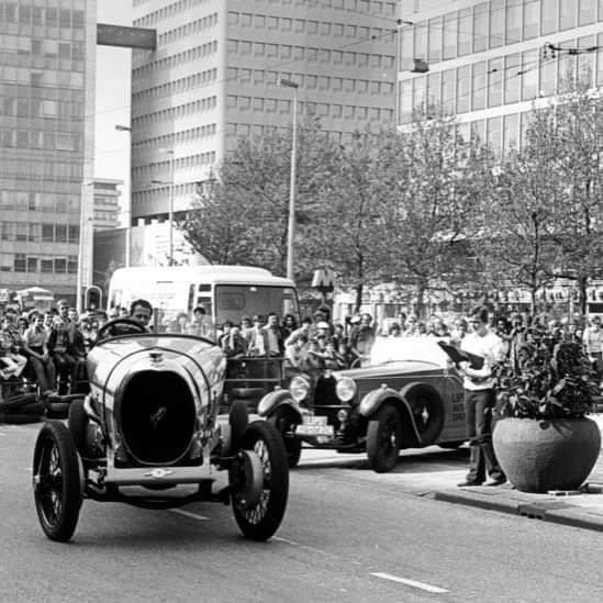Race op de Coolsingel tussen een Spyker en een Bugatti tijdens de Binnenstadsdag 1978, (Foto Lex de Herder, Collectie Stadsarchief Rotterdam) #Stadsarchief010 #StadsarchiefRotterdam #Rotterdam #Binnenstadsdag #race #wedstrijd #Spyker #Bugatti   Bron, @stadsarchief010 https://t.co/01903rQxgH
