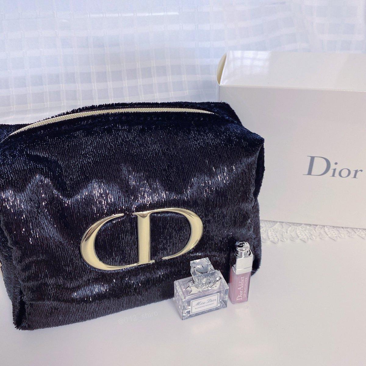 Diorがまたまた大奮発ノベルティキャンペーンをしていた…好きなリップorアイメイクアイテム+1,400円で、この大きめツヤツヤ黒ポーチとミニサイズのミスディオール(香水)&リップマキシマイザーがセットに。裏地のデザインと星チャームも可愛すぎる。クリスマスオファー最高…!!🎄💫