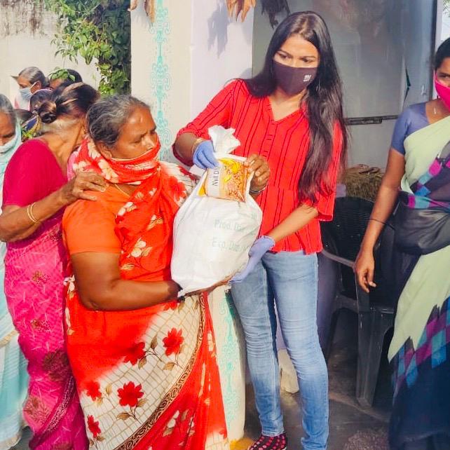 @iAmitRSharma #NessWadia @KanikaDhillon @tweetgarima #RavinderNathSharma @ChromePictures @EntourageFilms @Kineer_blessed @PhoolVersha @NamMyohoDaan  #PhoolVershaFoundation #NamMyohoDaan #Covid19 #Coronavirus #Donations #Charity #IndiaFightsCorona  #FeedTheNeedy #Mumbai #India https://t.co/czRaxa5iC9