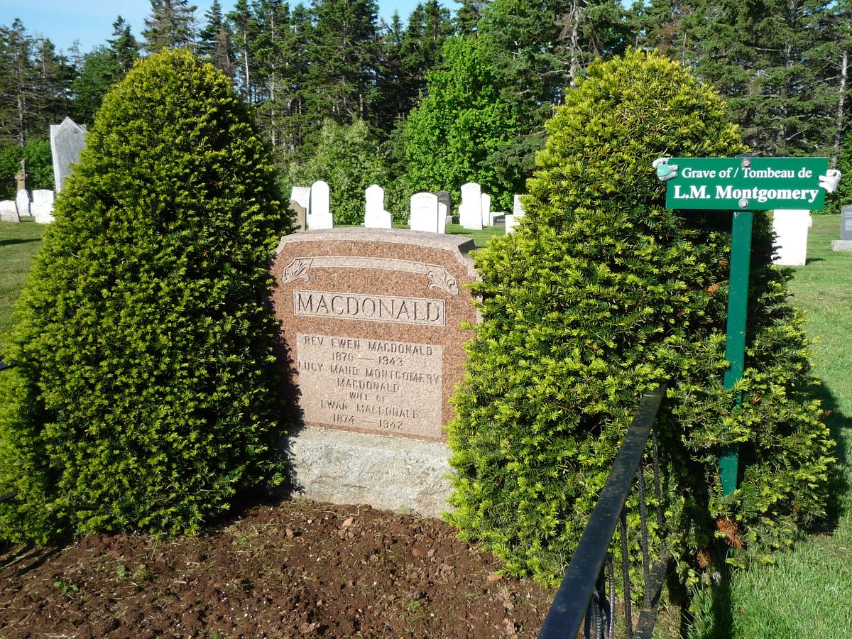 黒い喪服は、1861年にヴィクトリア女王(カナダの国家元首)が、夫の逝去後に、黒い服を通した事からカナダに伝わった新しい習慣です。黒のほかに、灰色や紫などの色喪服もありました。『赤毛のアン』文春文庫の訳註よりモンゴメリのお墓。夫はマクドナルド牧師