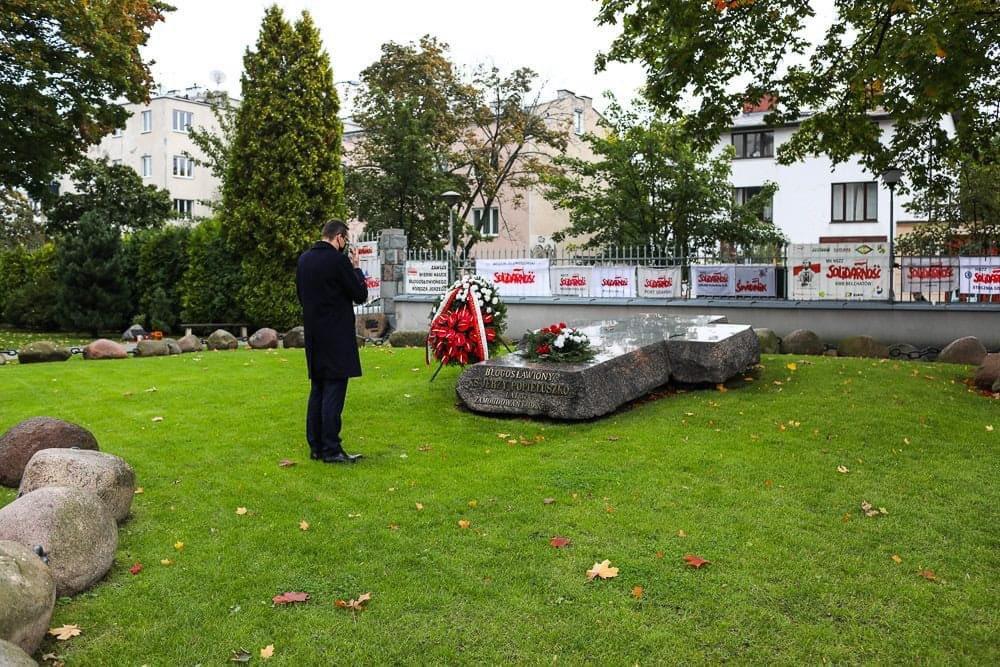 """36 lat temu brutalnie zamordowany został ks. Jerzy Popiełuszko, który stał się symbolem walki o wolność, będącą podstawowym prawem człowieka.  Jego przesłanie: """"Zło dobrem zwyciężaj"""" ważne jest dla nas również dzisiaj.  https://t.co/rPPI77ghLQ https://t.co/XaDK8x2qjR"""