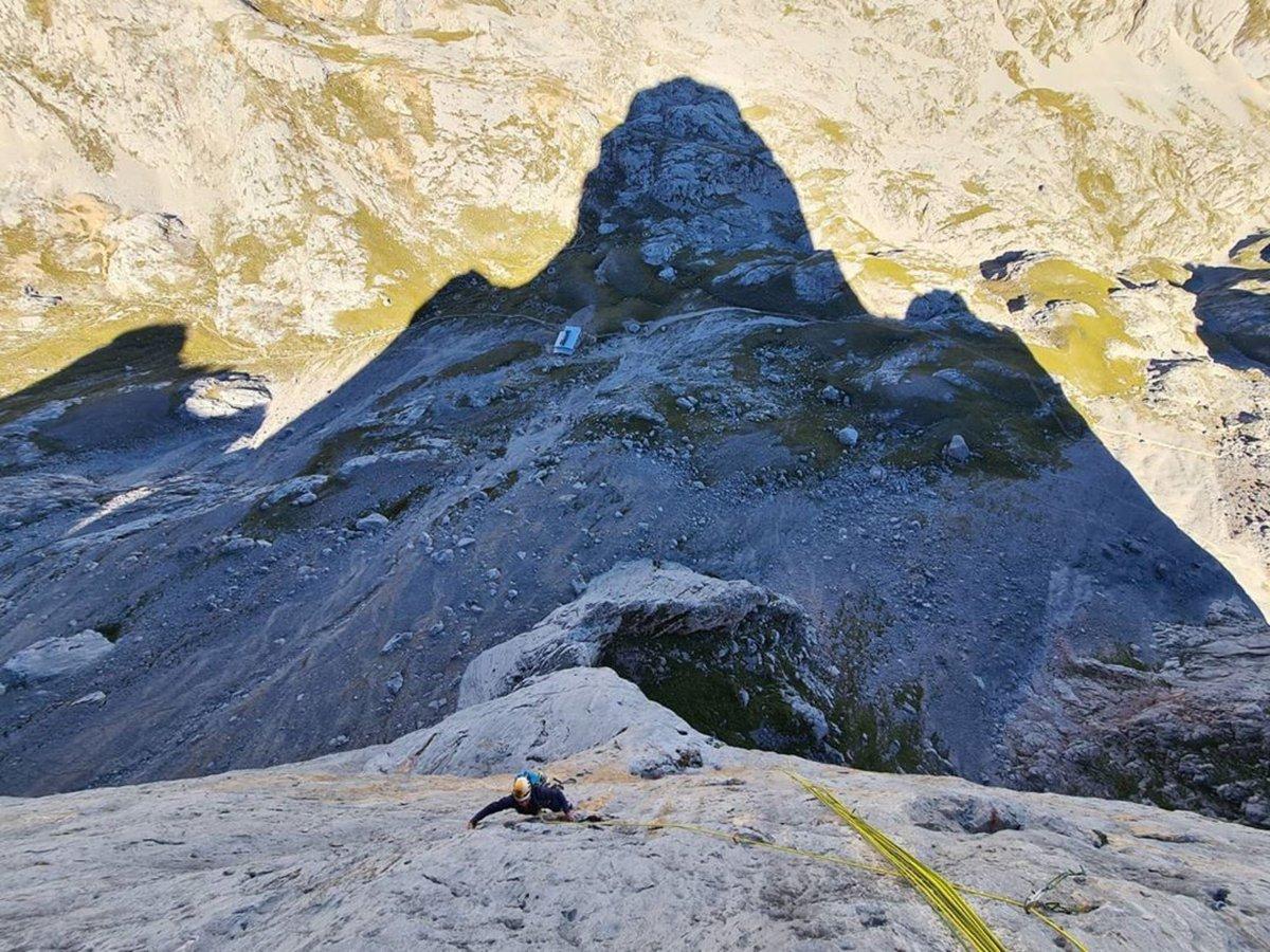 ¿Sabías que el Picu Urriellu, es una de las montañas más tentadoras de la península por su pared extremadamente lisa?   @marc.toralles 🧗 ⛰️  #picuurriellu #asturias #climbing #escalada #climb #rockclimbing #passion #climbinglife #aventura #nature #climber #adventre #escalar https://t.co/nXEp3j68aU