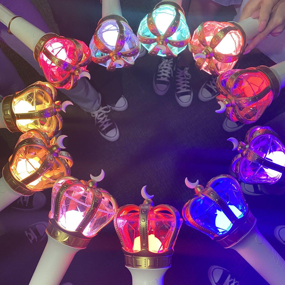 드디어 오빛과 야광봉을 흔들 수 있는 날이 왔어요! 잠시 후 오전 12시(KST) #이달의소녀 LOOΠΔ On Wave [LOOΠΔTHEWORLD : Midnight Festival]에서 오늘의 응원봉 컬러 흰색 라이트를 켜 주세요🤍 앞으로 랜선출첵 이벤트는 @loonastaff 에서 계속됩니다! 다같이 운동화 벗고 소리 질러~🌟👟 ⠀ #LOONA