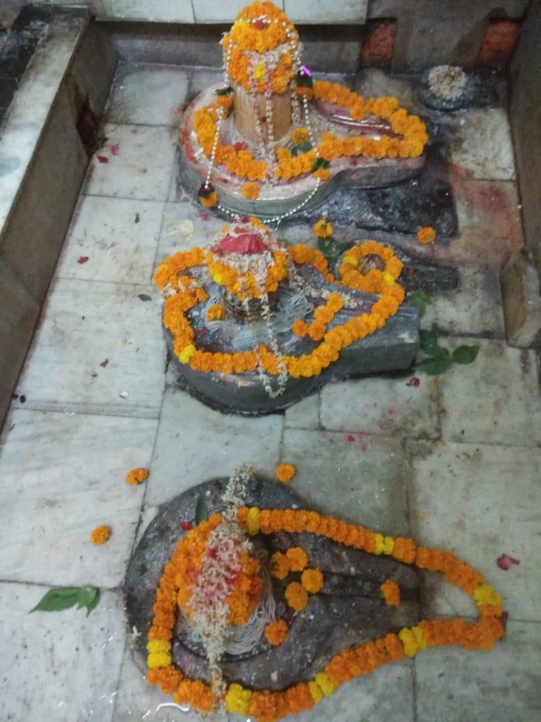 श्री चंद्रेश्वर, काशी: ॐ तत्पुरूषाय विद्महे महादेवाय धीमहि तन्नो रुद्र: प्रचोदयात्।। ॐ पद्मध्वजाय विद्महे हेमरुपाय धिमहि तन्नो सोम: प्रचोदयात्।। ... हर ! हर ! महादेव !! #Kashi https://t.co/jjN3SeSD0w