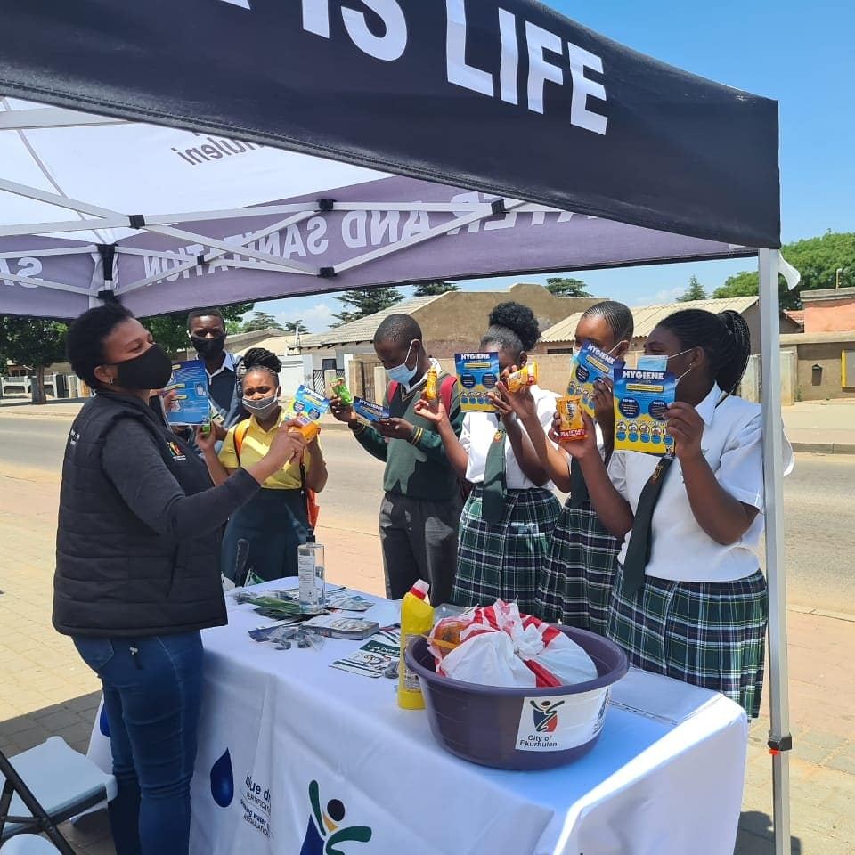 @City_Ekurhuleni is at Andrew Mapheto Street inThembisa continuing with the #GlobalHandwashing campaign messages and sharing #waterSaving  tips and #handhygiene.   The #CoE officials are leaving no stone unturned as they engage passers by. #CoECares https://t.co/iu3Vagqw11