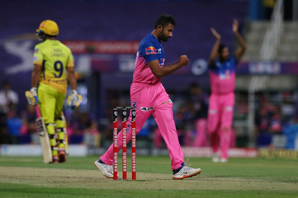 Shreyas Gopals wrongun sees Sam Curran try to go for a biggie. But the England all-rounder perishes as he ends up mistiming this to Jos Buttler at long-off. #CSK 53/3 after 8.2 overs 🚨 Follow #IPL2020 #CSKvsRR 🏏 live: sportstar.thehindu.com/cricket/ipl/ip…