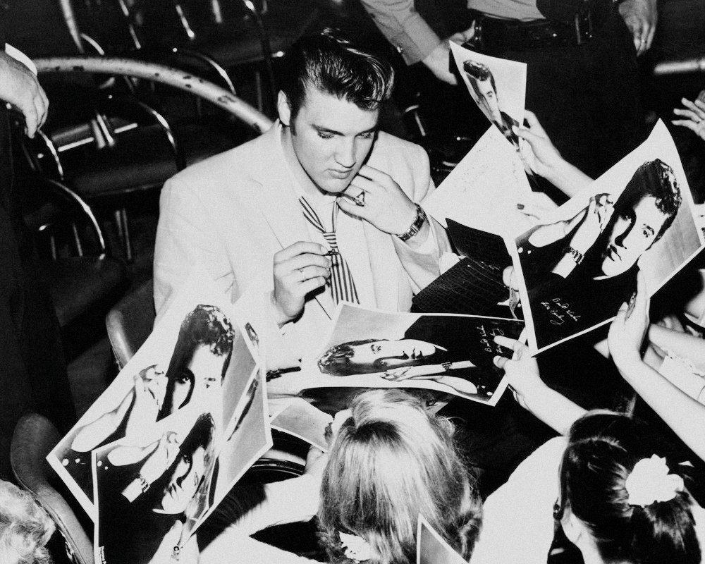 Elvis signing autographs for fans in Houston, TX. April 21, 1956. #elvispresley https://t.co/g974sZ4IkG