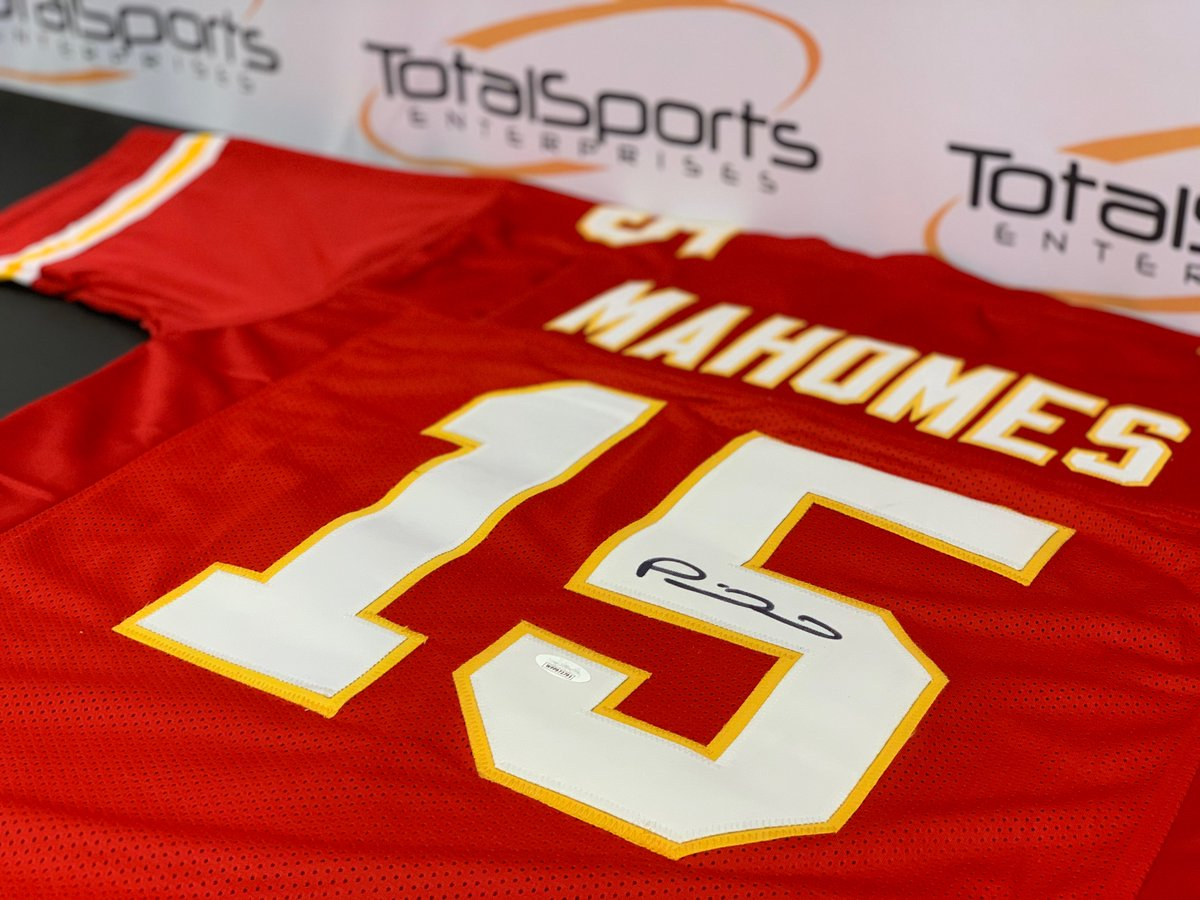 If Patrick Mahomes throws 2+ touchdowns tonight AND the Chiefs win, well give a Patrick Mahomes autographed jersey to someone who retweets this tweet AND follows us!