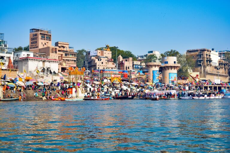 Kashi's zigzag streets have around two thousand temples staunched to Lord Shiva. Its interwoven past comes alive in the eighty-eight Ghats that gives an essence of the city's history, culture and beliefs. Read more at https://t.co/DG7qUbCC77  #ghat #tour #Travel #blogging #India https://t.co/ORqDq88RVg