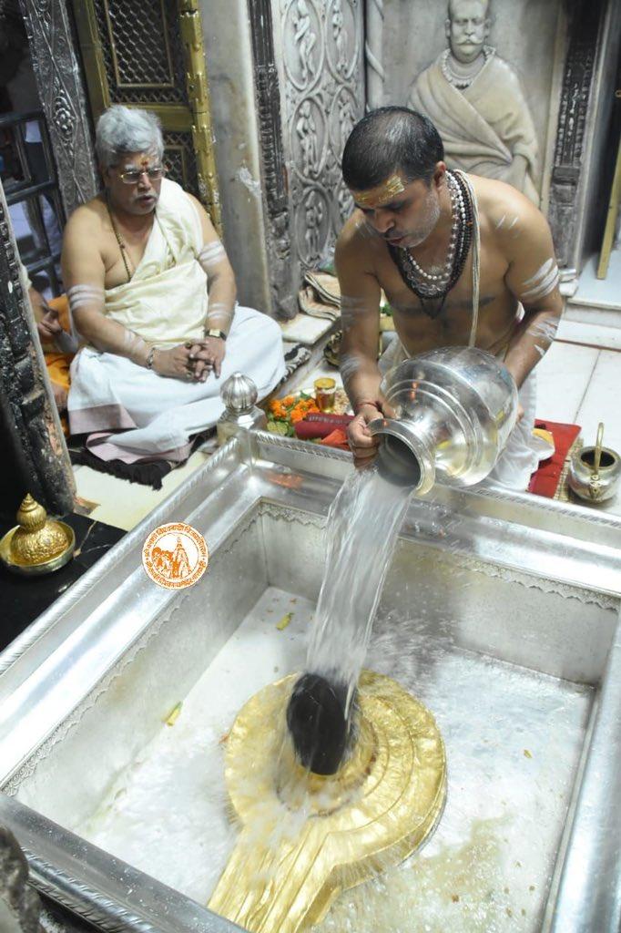 आज दिनाँक 19-10-2020 को श्री काशी विश्वनाथ मंदिर के शृंगार आरती के दर्शन।  #ShriKashiVishwanath #Shiv #Mahadev #Baba #ShringarAarti #Temple #Trust #Nyas  #Jyotirlinga #darshan #blessings #Varanasi #Kashi https://t.co/ps8c04blID