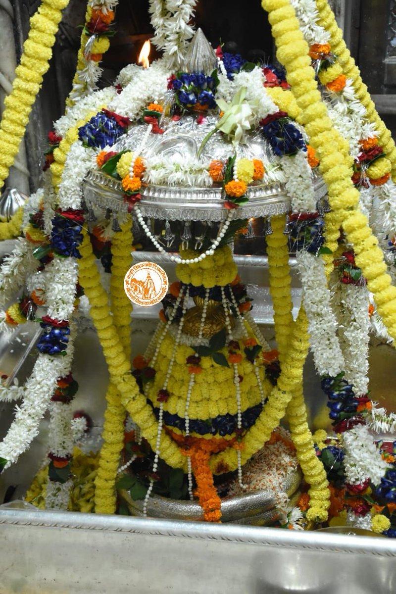 आज दिनाँक 19-10-2020 को श्री काशी विश्वनाथ मंदिर में शयन आरती के दर्शन।  #ShriKashiVishwanath #Shiv #Mahadev #Baba #ShayanAarti #Temple #Nyas #darshan #blessings #Varanasi #Kashi #Trust #Jyotirlinga https://t.co/VjQ9L6lqhd