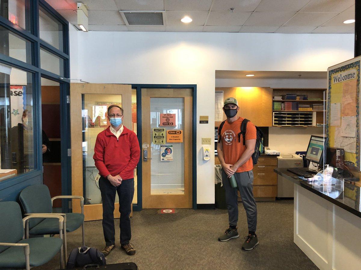 RT @lsullivan : Các giáo viên vui vẻ đeo mặt nạ cho Dàn nhạc Thứ Hai và ghi lại các bài học thể dục trong phòng tập thể dục @KWBPE #KWBPride https://t.co/HFNWsv8nup