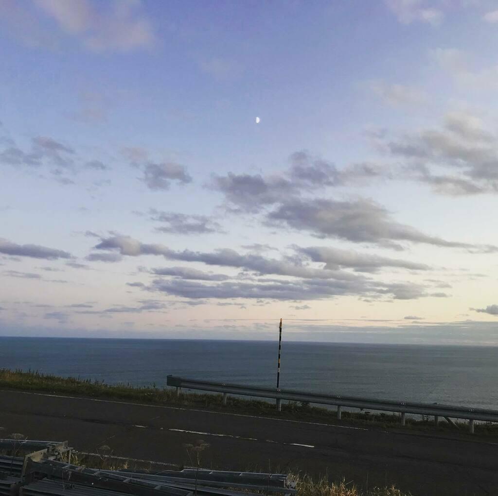 水平線と半月 The horizon and half moon #水平線 #半月 https://t.co/CMojB6k4F7 https://t.co/e00M2JdFp8