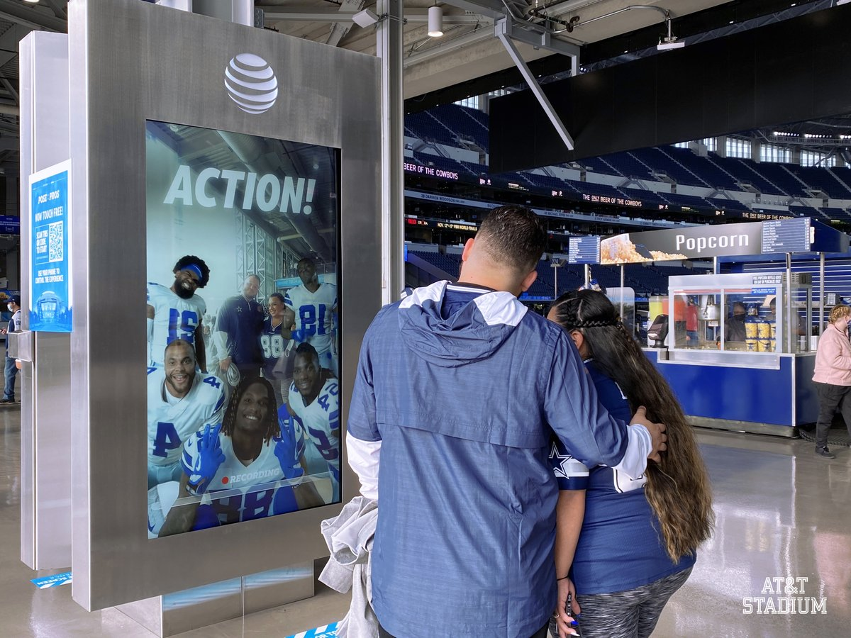 HUDDLE 🆙 Make sure check out the East & West Platforms to Pose with the Pros thanks to our friends at @ATT! #5G