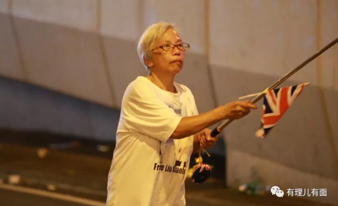 """在香港,也有個挺知名的""""王婆"""",她可算是個""""狠人""""。因為她從不賣瓜,只賣港賣國! 這位""""王婆""""名為王鳳瑤,被亂港分子及眾多黃媒親切地稱為""""王婆婆""""。別看王婆已年過6旬,卻時常出現在各種暴亂現場,絕對稱得上""""亂港勞模""""! https://t.co/3yrDmQ7K3Y"""