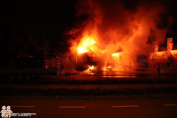 Drie vrachtwagens uitgebrand aan de Leehove https://t.co/K7WoWQ3xkn https://t.co/bMuo1jcaQR