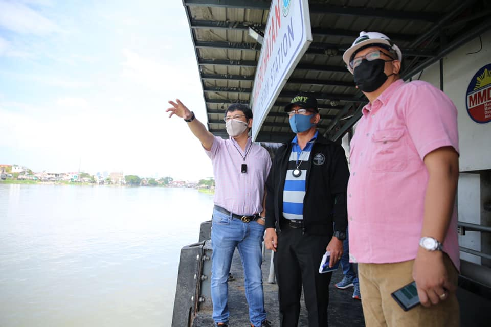 A team led by DENR Usec Benny D. Antiporda conducts an inspection in the Napindan area on Oct. 19 to check on the possibility of providing livelihood to local fishers amidst the #COVID19 pandemic. Fishers will be tapped to remove the water hyacinths and wastes along #PasigRiver. https://t.co/DrvjiHI3DN