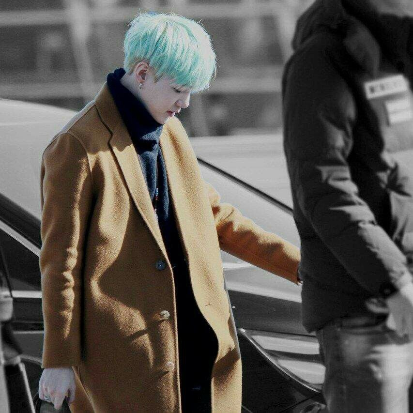 Stars who look good with a trench coat at an Idol Chart Survey.  #1 Jin #2 Suga   📎https://t.co/jzOk9ysMdm  🛑Share and create Naver Blog  💜💜 #SUGA #슈가 #방탄소년단슈가 #Jin #BTS @BTS_twt https://t.co/1T5agGieaL