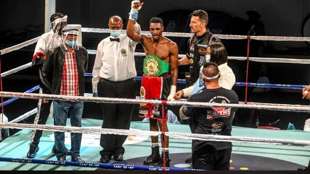 Congratulations to Thulani Mbenge who won a wide 12-round unanimous points decision over South Africa-based Congolese Mardochee Kuvesa Katembo to claim the vacant African Boxing Union welterweight title.   The champ is here! 🙌🏾🥊   #Boxing #Boxer #Welterweight https://t.co/a5WG7yye6k
