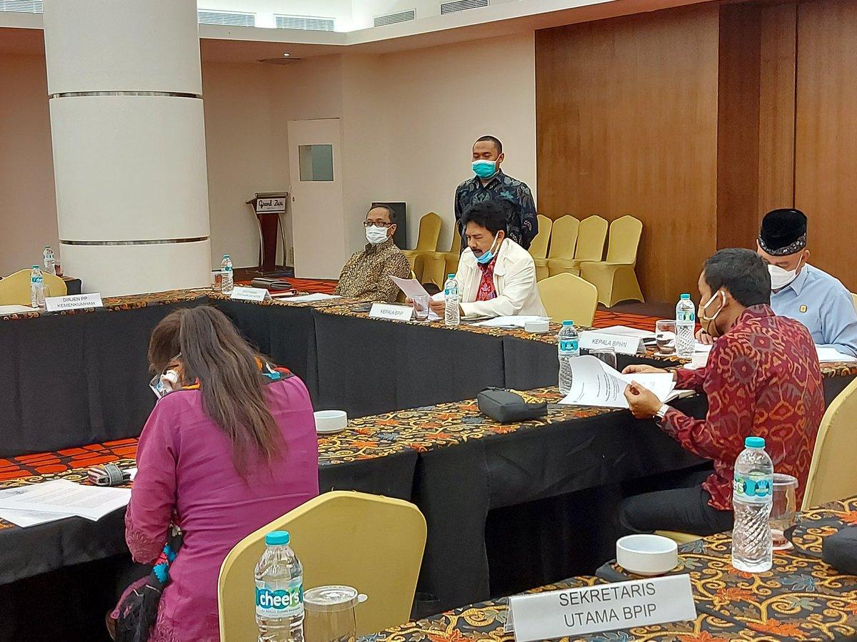 #SalamPancasila  Badan Pembinaan Ideologi Pancasila melalui Deputi Bidang Pengkajian dan Materi melakukan kegiatan Focus Group Discussion (FGD) mengenai Penyusunan Arah Kebijakan Pembinaan Ideologi Pancasila di Tangerang, Selasa (20/10)  #KegiatanPancasila #CeritaPancasila #BPIP https://t.co/jBh6ijeHMU