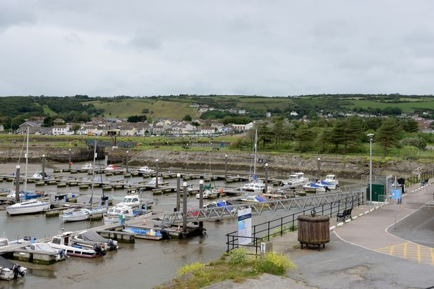 More than 40 youths drinking alcohol sent home by police from Burry Port harbour ➡️ bit.ly/2Hnr0bX