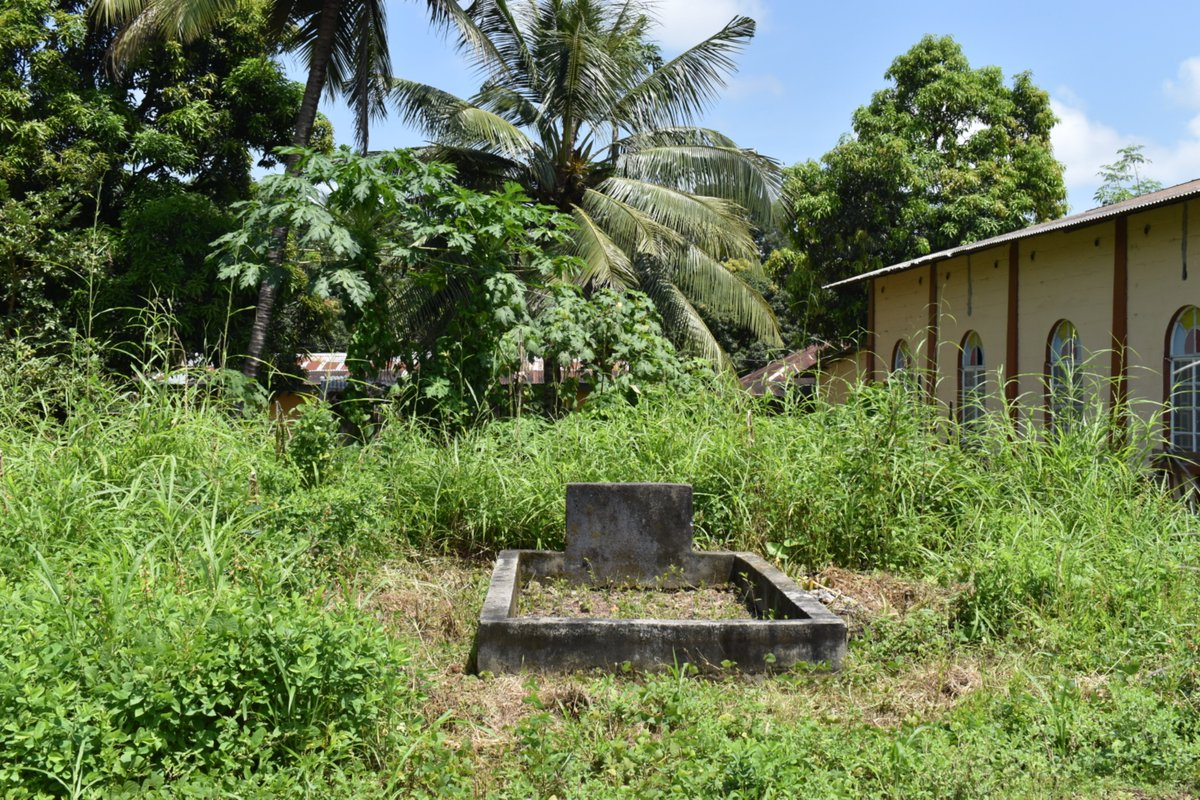A small grave on the side of the Wesleyan Church in Gbendembu town holds the remains of 11 members of the same family caught in a cross-fire between ECOMOG forces and RUF rebels in 1998.   #membausaywikomot #mappingmassgraves #yearofremembrance #SierraLeone   Powered by @ATJLF_ https://t.co/60l0UJ97lk