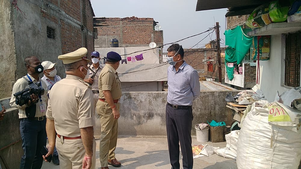 #IGRakeshGupta and #newSPSatyendraShukla inspecting the terrace of a house under Neelganga police station area, in #Ujjain on Tuesday afternoon. #Body of a 8-yr-old #boy Kanha having multiple assault and burn wounds was recovered from this spot. The boy was #missing from Monday. https://t.co/VSooInZpbe
