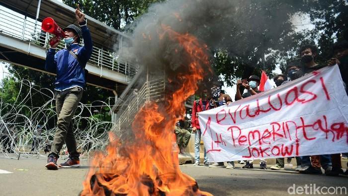 #Foto Massa mahasiswa melakukan demo tolak omnibus law UU Cipta Kerja di Patung Kuda Arjuna Wiwaha, Jakarta Pusat, Selasa (20/10/2020). Massa juga membakar ban. Begini momennya:  Baca pantauannya di https://t.co/7MjhJrJbpJ Foto: Ari Saputra/detikcom https://t.co/i8ynYgWkat