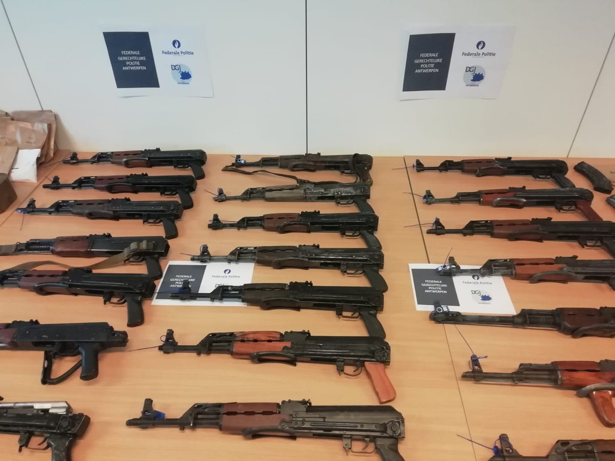 A really impressive haul of weapons captured in #Antwerp, presumably from gangs-   4x T56-pattern AKs 14x Yugo M70AB2 AKs 2x apparent Yugo RPKs 1x PM md. 65  Various handguns w/ suppressors, including fake (& real? Glocks), 1911-pattern, Beretta 70-pattern, Tokarev-pattern & more https://t.co/QQi6vKCsuk