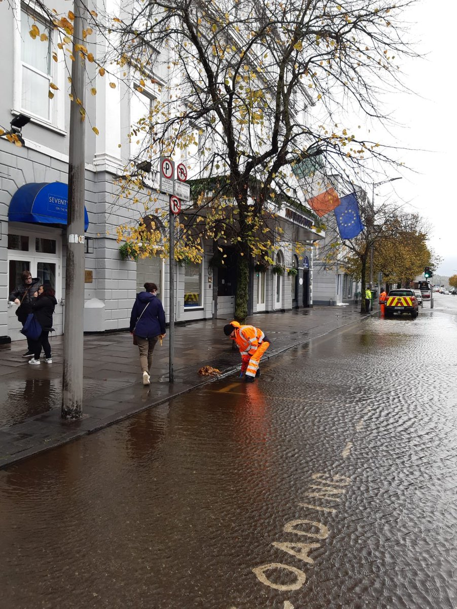 Sterling work being done by  the crews  emptying gullies on Sth Terrace &  South Mall & removing sand bags and gel bags after the flood receded.   A suction tanker hoovers up water on Oliver Plunkett St   Council crews pumped water from 2 homes on Probys  Quay. #corkfloods https://t.co/UMYsVNayCS