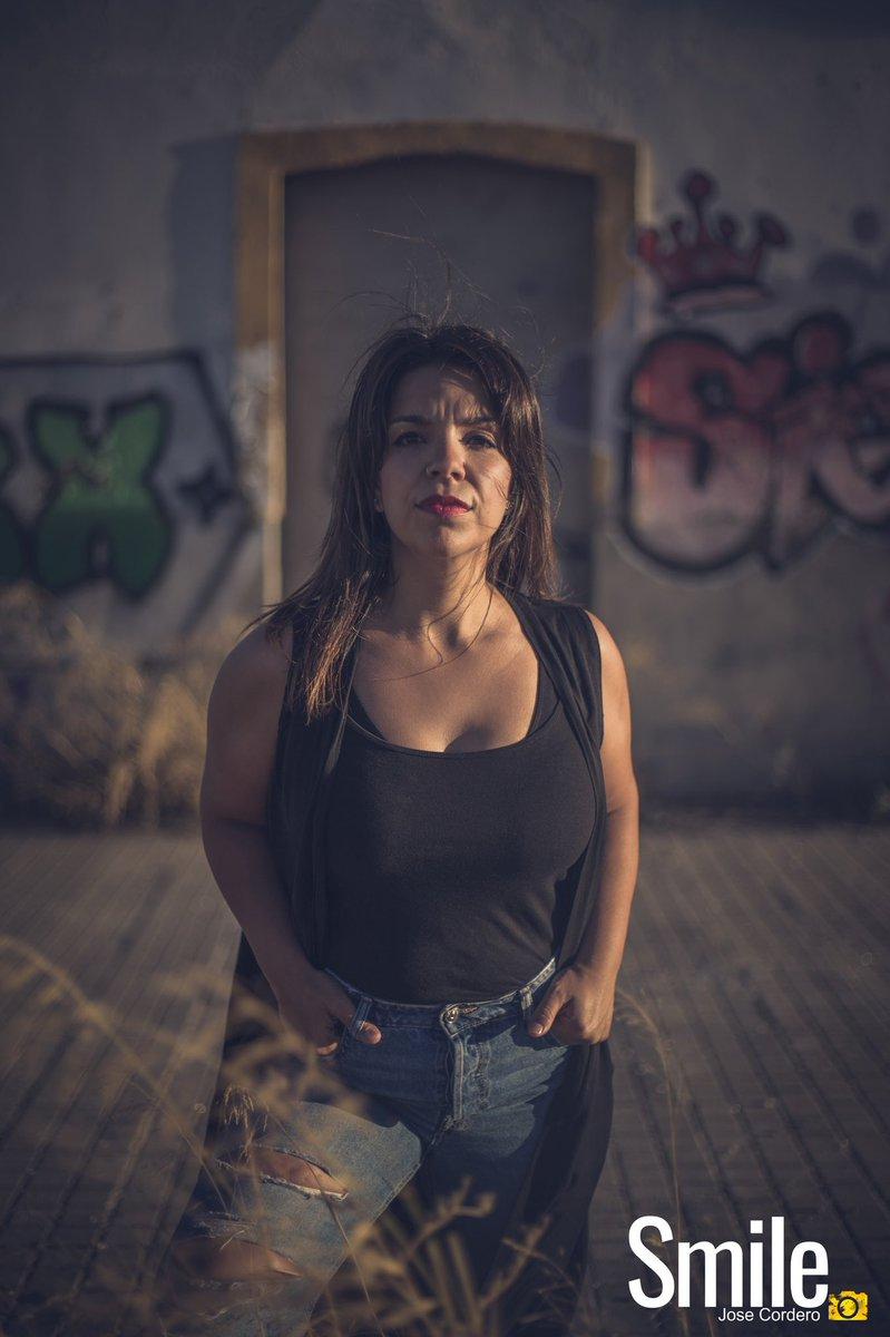 La mujer que tiene su propia voz es una mujer segura. #portrait #sunset #photo #portraitphotography #street #portraiture #portrait_vision #model #beautifulmodel #retrato #retratos #pehyellow #retratofotografico #smile #portrait_perfection #lebrija #grafiti #shooting https://t.co/s6LCgCQ1Hx