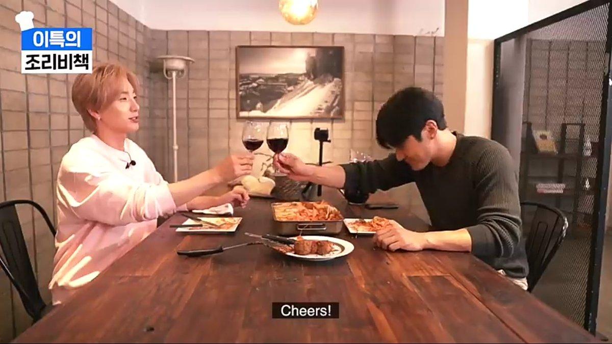 Brindemos por estos dos chicos que son una lindura cuando están juntos 💙.💙✨  #Leeteuk  #Siwon https://t.co/lcosWc5AN0