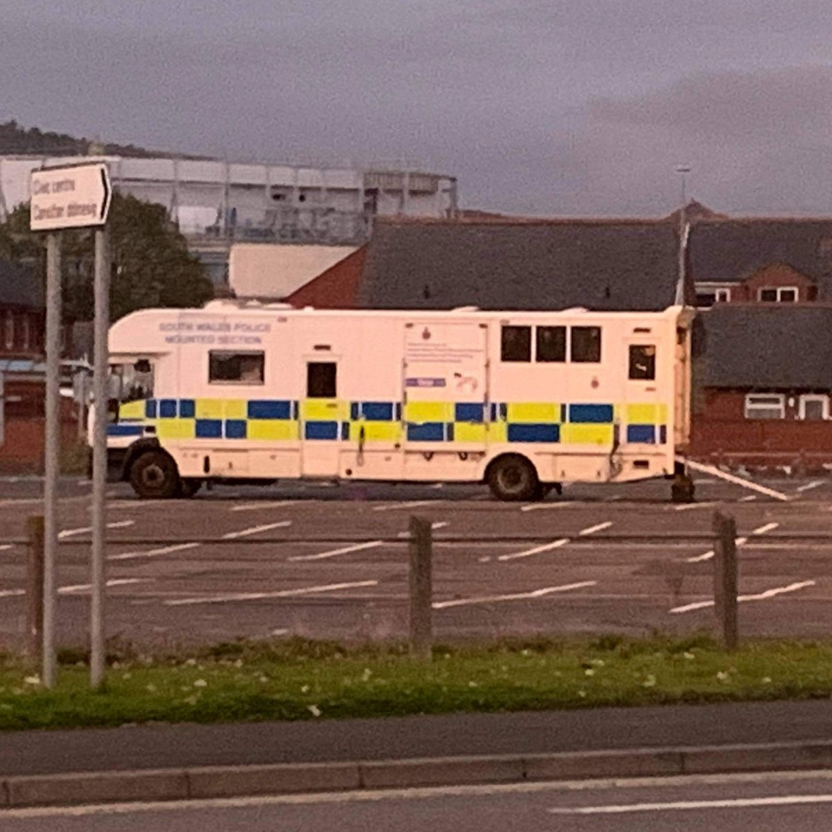 Well I found @SWPSwansea horses mobile home (looks very swanky 😂) on my daily walk.  No sign of the horsies though lol.  Keep up the good work guys, girls, horses and doggies.  #thinblueline #respect #respectthepolice #youd_be_sorry_if_they_werent_here https://t.co/DJeJxZg340